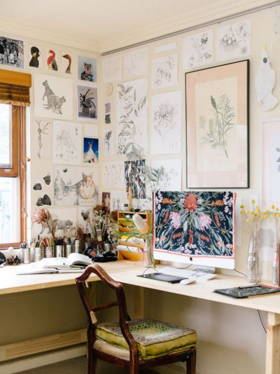 Eckschreibtisch modernes Homeoffice mit unnötigen Dingen überladen zu viel Wanddeko Bilder