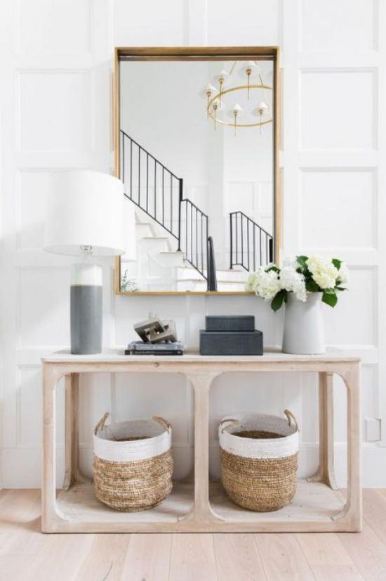 Eingangsbereich modern gestalten Konsolentisch helle Farben zwei Rattan Körbe rechteckiger Wandspiegel