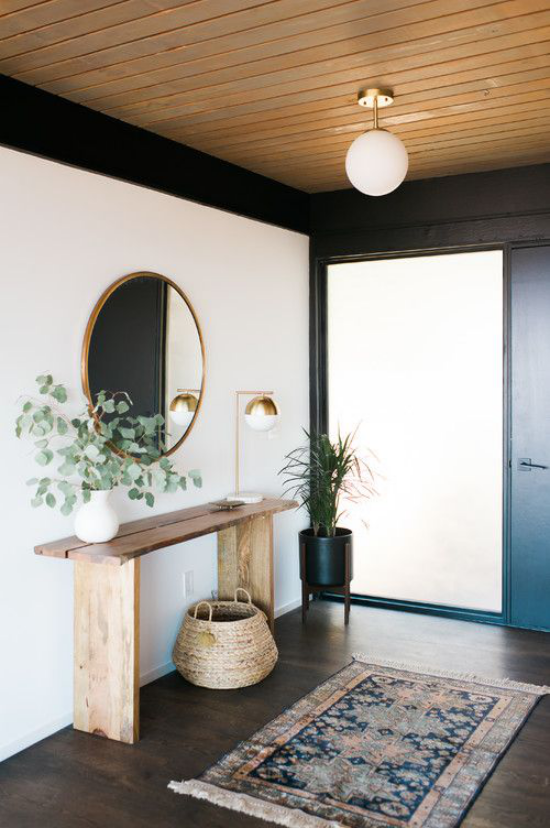 Eingangsbereich modern gestalten dunkler Boden Teppich Holzdecke weiße Wände Akzente in Schwarz Kontrastgestaltung