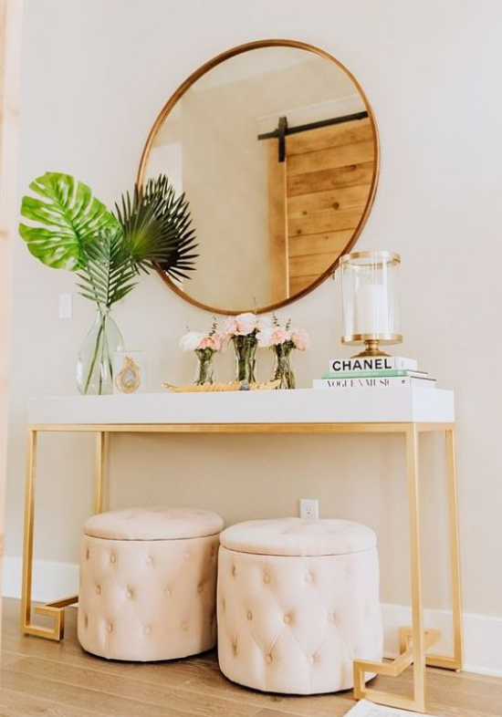 Eingangsbereich modern gestalten einfache Flurmöbel simpler Konsolentisch runder Spiegel zwei Hocker Blumen