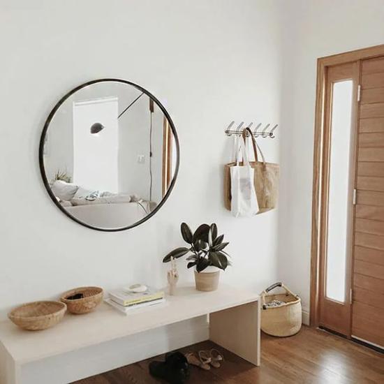 Eingangsbereich modern gestalten helle Farben Weiß dominiert Beige helles Holz natürliche Texturen