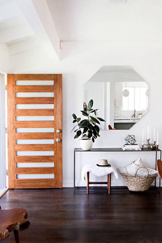Eingangsbereich modern gestalten schöner Kontrast dunkler Boden helle Wände Spiegel Tisch eine Grünpflanze