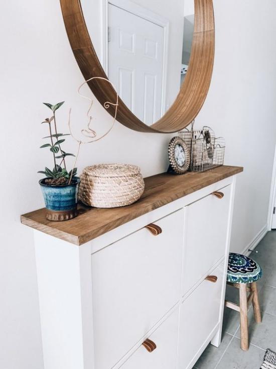 Eingangsbereich modern gestalten weiße Wand weißer Schrank helles Holz unschlagbares Duo