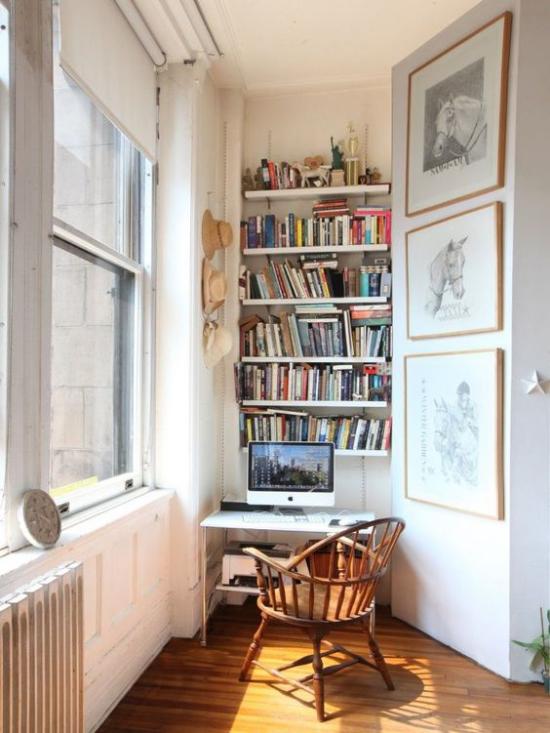 Eingebaute Bücherregale Arbeitsecke Homeoffice auf kleinster Fläche Laptop viel Tageslicht