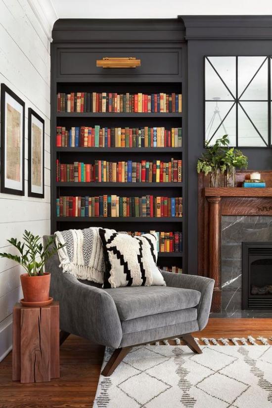 Eingebaute Bücherregale Ecke neben dem Kamin Sessel klassisches Design