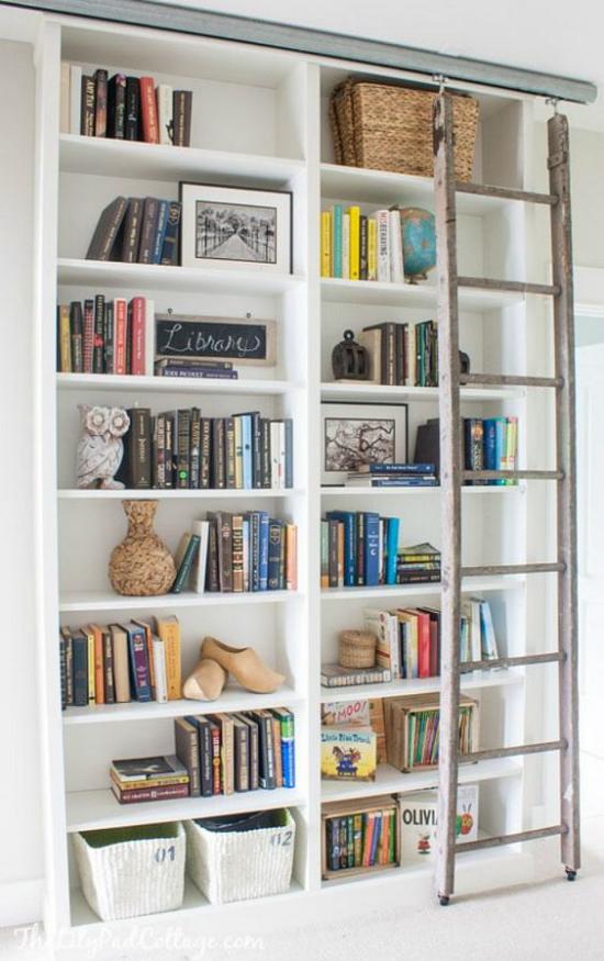 Eingebaute Bücherregale alte Leiter auf Schienen aufgehängt schnell beweglich große Hilfe