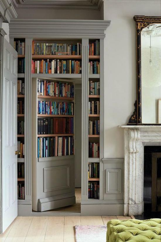 Eingebaute Bücherregale am Durchgang zwischen zwei Räumen interessante Gestaltungsidee