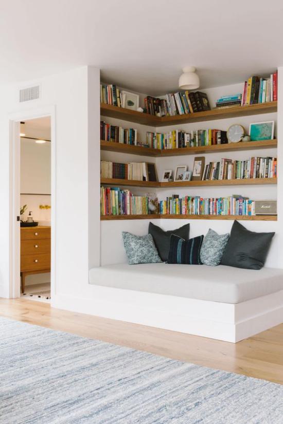 Eingebaute Bücherregale bequeme Leseecke Liege Deko Kissen richtige Beleuchtung
