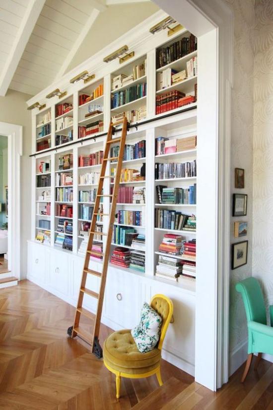 Eingebaute Bücherregale clevere Beleuchtung eingebaute Lichtstrahler Leiter erleichtert den Zugang zu den Büchern
