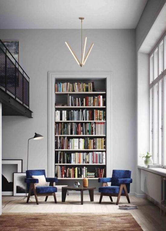 Eingebaute Bücherregale eingebaut in eine frühere Tür schönes Design im Wohnraum