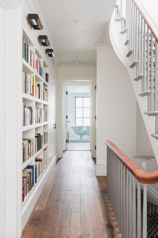 Eingebaute Bücherregale im Flur richtig beleuchtet mit integrierten Strahlern Blickfang