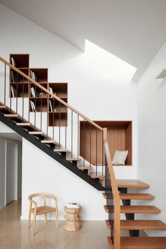 Eingebaute Bücherregale im Treppenhaus modernes Design