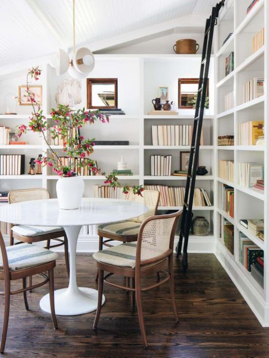 Eingebaute Bücherregale im Wohn-und Esszimmer unter der Schräge modernes Raumdesign