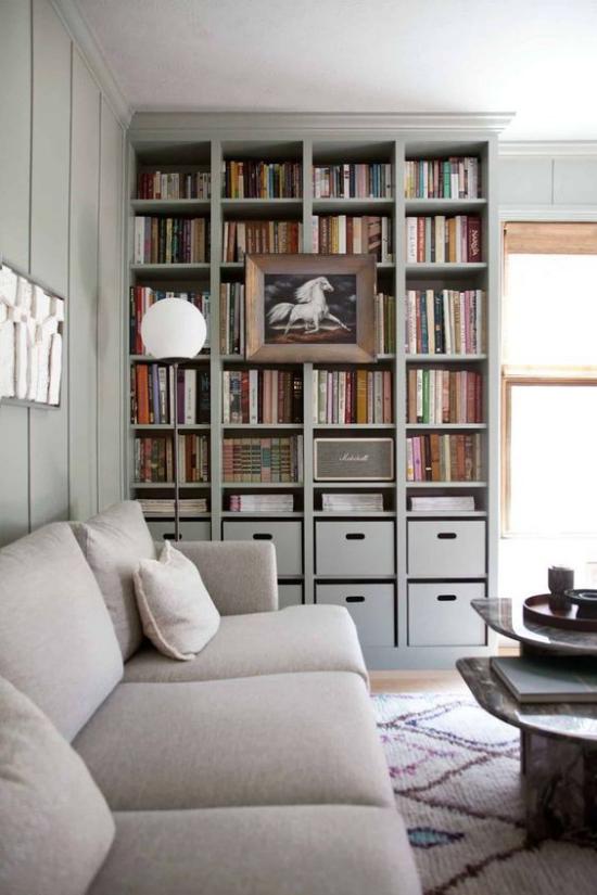 Eingebaute Bücherregale im Wohnzimmer in der Ecke neben dem Fenster Bücher ein Bild