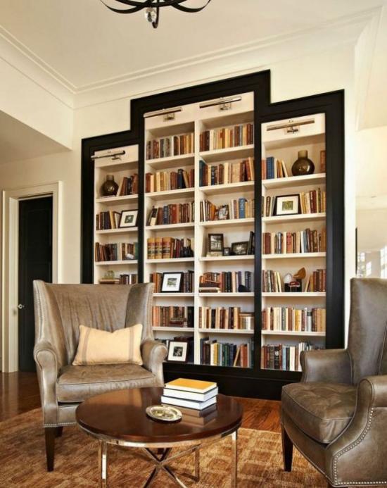 Eingebaute Bücherregale verschiedene Höhe schwarzer Rahmen integrierte Lichter Hingucker im Raum