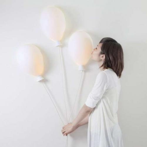Extravagante Wandleuchten drei Wandlampen Form von Ballons in hellem Rosa junges Mädchen daneben
