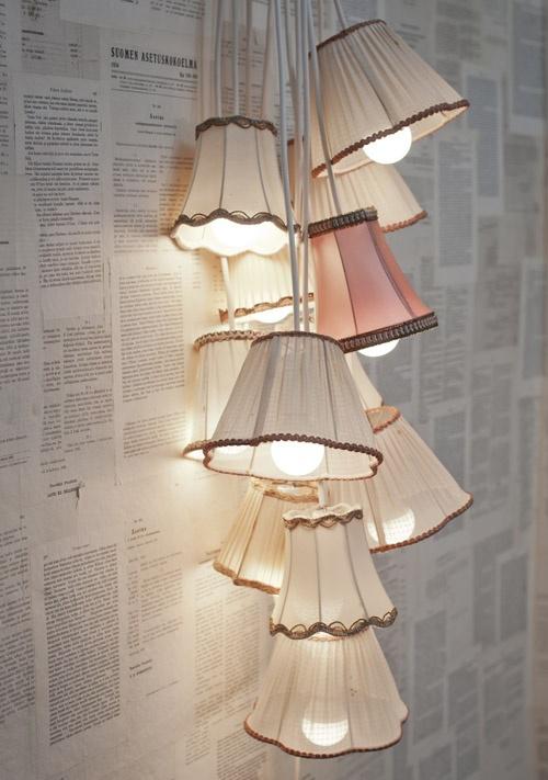 Extravagante Wandleuchten klassische Lampenschirme gruppiert Blickfang an einer mit Zeitungspapier bekleideten Wand
