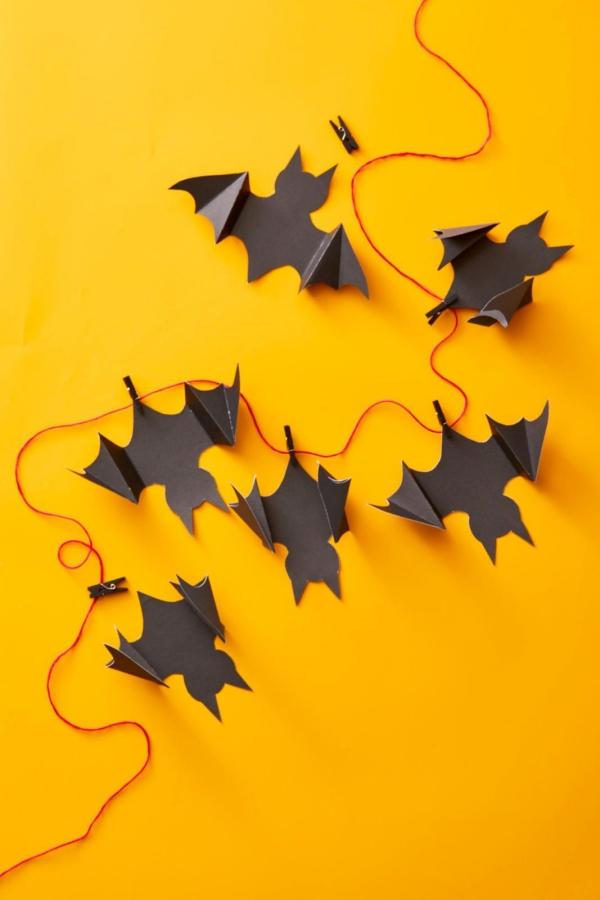 Fledermaus basteln mit Kindern zu Halloween – 50 bezaubernde Ideen und Anleitungen diy girlande papier fledermäuse