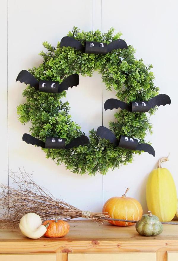 Fledermaus basteln mit Kindern zu Halloween – 50 bezaubernde Ideen und Anleitungen diy halloween kranz mit fledermäusen