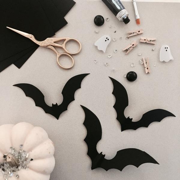 Fledermaus basteln mit Kindern zu Halloween – 50 bezaubernde Ideen und Anleitungen fledermaus schwarz papier deko