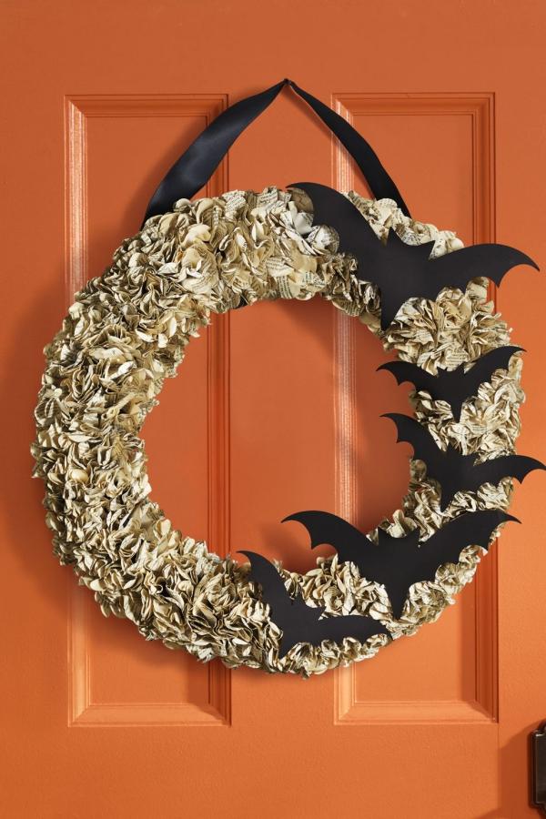 Fledermaus basteln mit Kindern zu Halloween – 50 bezaubernde Ideen und Anleitungen halloween kranz mit fledermäusen türkranz