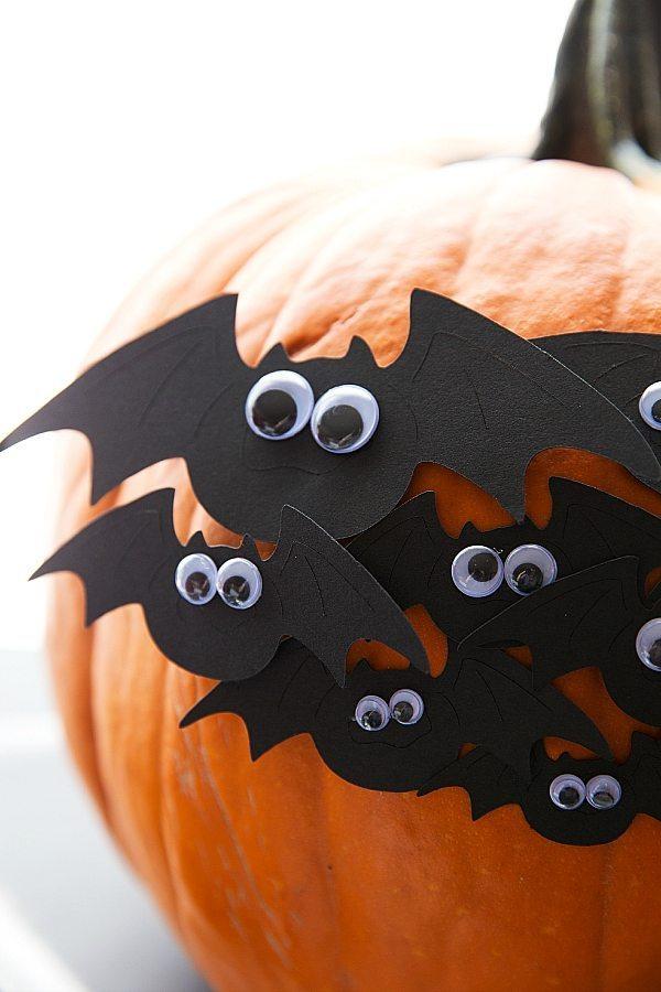 Fledermaus basteln mit Kindern zu Halloween – 50 bezaubernde Ideen und Anleitungen kürbis deko ideen wackelaugen