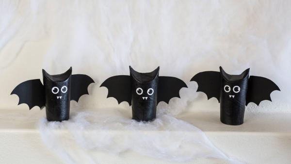 Fledermaus basteln mit Kindern zu Halloween – 50 bezaubernde Ideen und Anleitungen klorollen deko schwarz niedlich