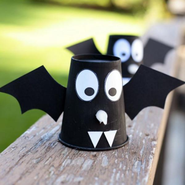 Fledermaus basteln mit Kindern zu Halloween – 50 bezaubernde Ideen und Anleitungen papier becher diy upcycling
