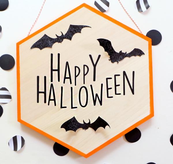 Fledermaus basteln mit Kindern zu Halloween – 50 bezaubernde Ideen und Anleitungen schild halloween fledermäuse deko