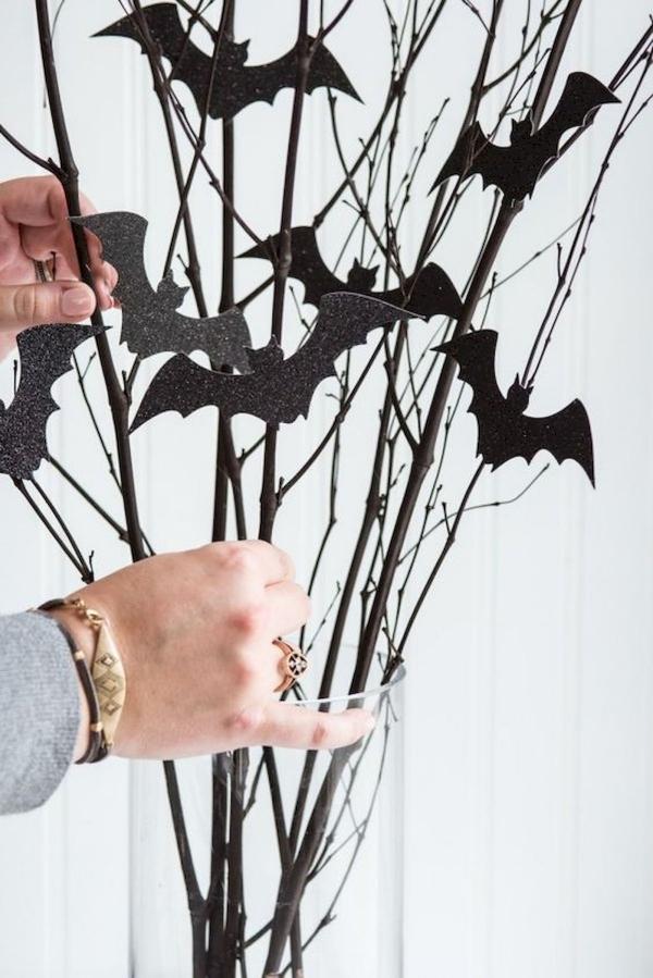Fledermaus basteln mit Kindern zu Halloween – 50 bezaubernde Ideen und Anleitungen zweige deko halloween fledermäuse schwarz