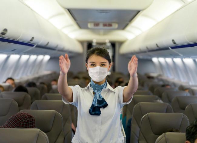 Fliegen während Corona Stewardess an Bord einen angenehmen Flug haben trotz Covid-19