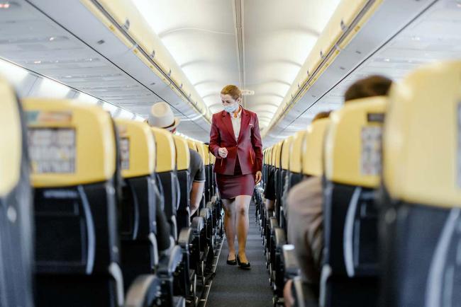 Fliegen während Corona Stewardess im Flugzeug kein Bordservice mehr auf Kurzstreckenflügen