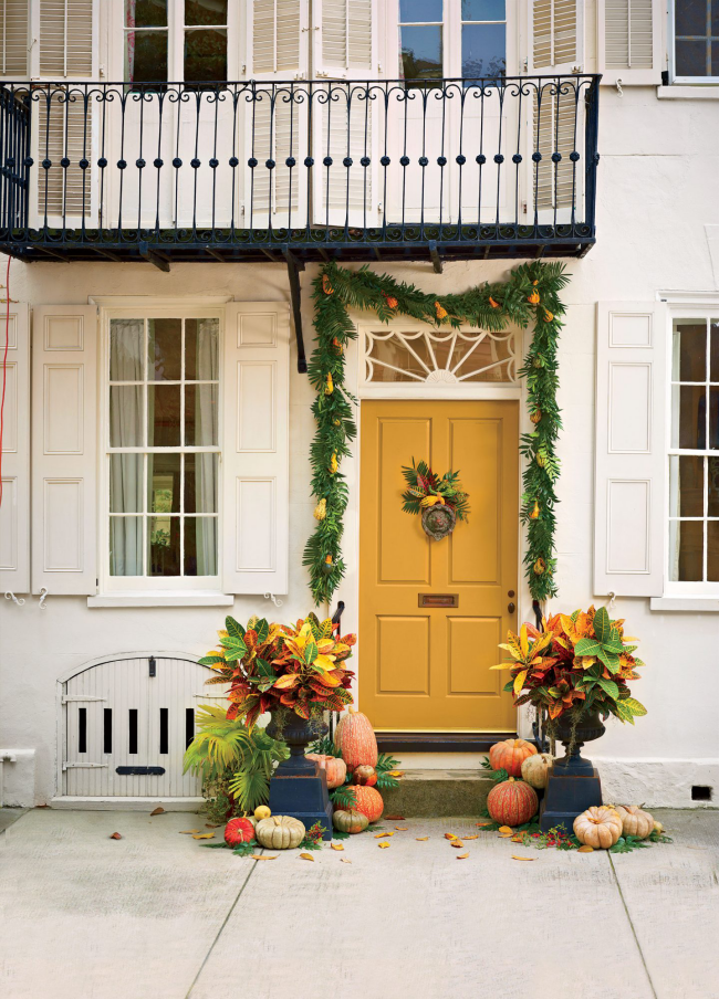 Herbstdeko für draußen Haus im modernen Stil zitronengelbe Tür simpler Schmuck sehr einladend wirken