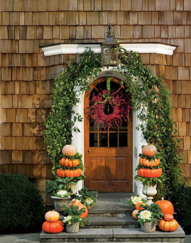 Herbstdeko für draußen Haus im rustikalen Stil dekorierter Hauseingang Herbstkranz