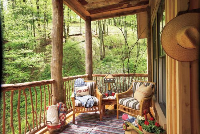 Herbstdeko für draußen Haus in den Bergen Terrasse im rustikalen Stil herrlicher Panoramablick auf den Wald Zeit zu zweit genießen