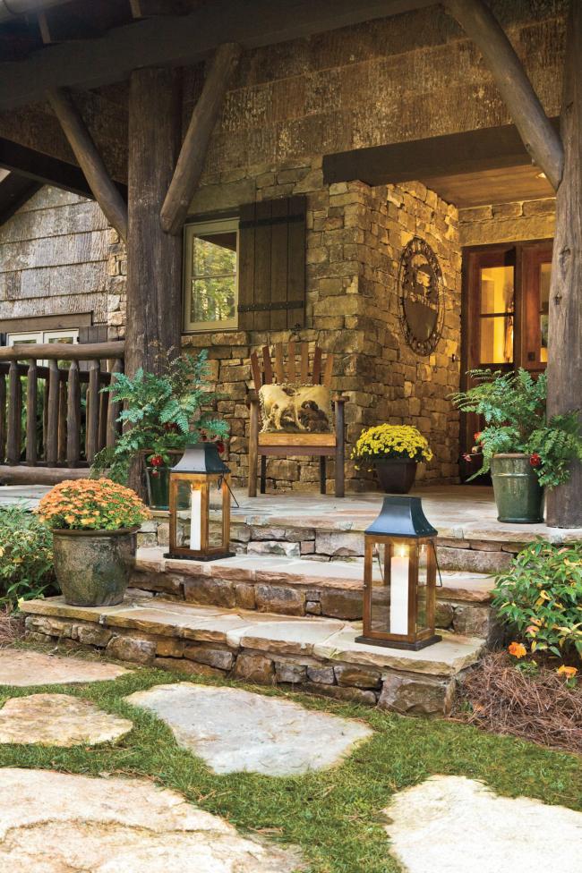Herbstdeko für draußen Haus offene steingepflasterte Veranda im rustikalen Stil