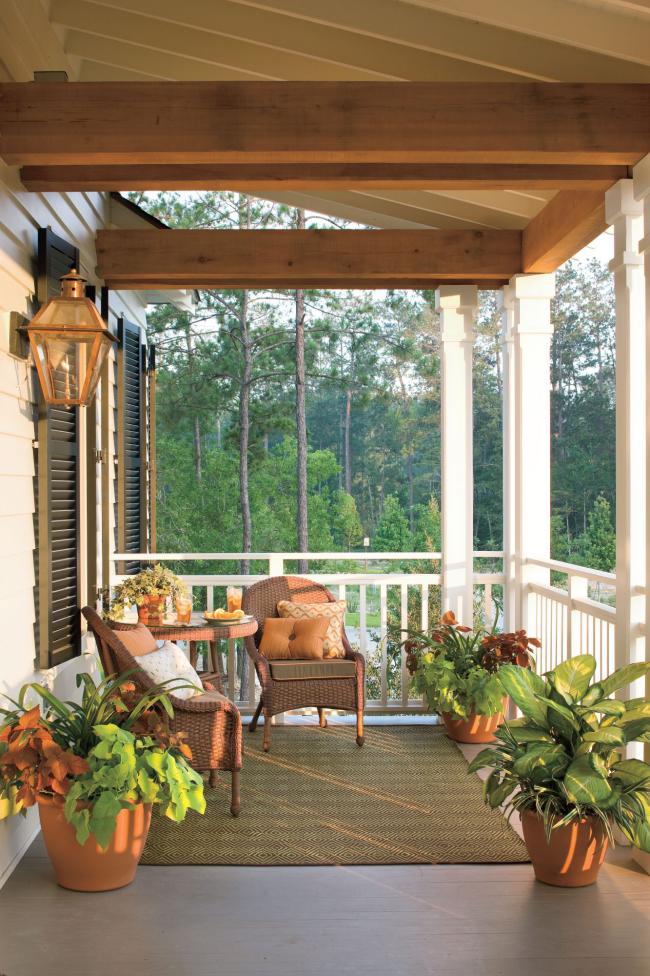 Herbstdeko für draußen auf der Veranda zwei Korbsessel kleiner runder Tisch