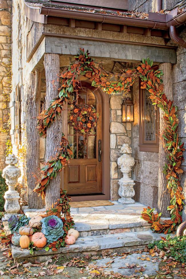 Herbstdeko für draußen im rustikalen Stil Haus Veranda Girlande aus Herbstlaub Herbstkranz an der Tür Wow-Effekt