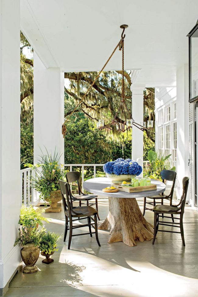 Herbstdeko für draußen moderne Veranda ganz in Weiß Kaffeetisch Stühle