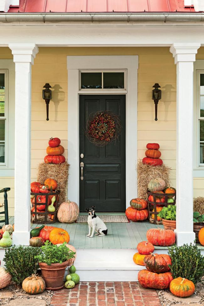 Herbstdeko für draußen vor der Haustür Herbstkranz aus Preiselbeeren Kürbisse Heuballen etwas Grün ein rustikaler Touch ein Hund