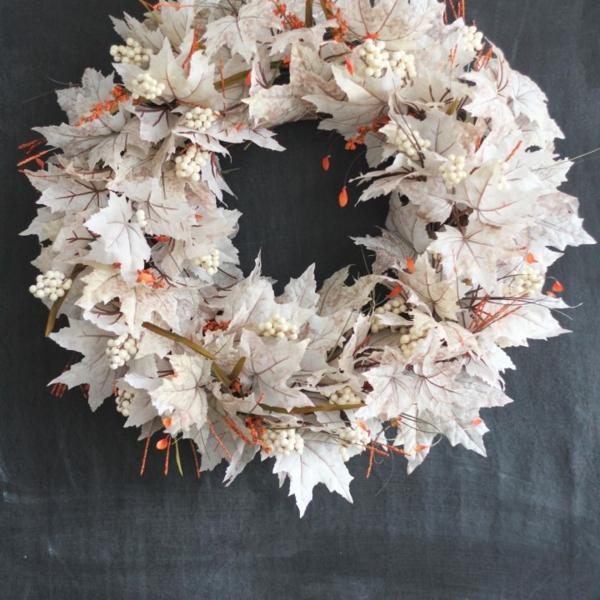 Herbstkranz selber machen Anleitung künstliche Herbstblätter weiß