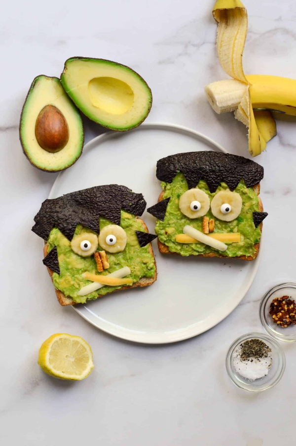 Köstliche und schnelle Halloween Rezepte, die verzaubern Frankenstein Avokado Toast sandwich