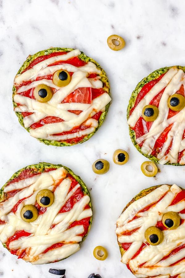 Köstliche und schnelle Halloween Rezepte, die verzaubern halloween mini mumien pizza ideen