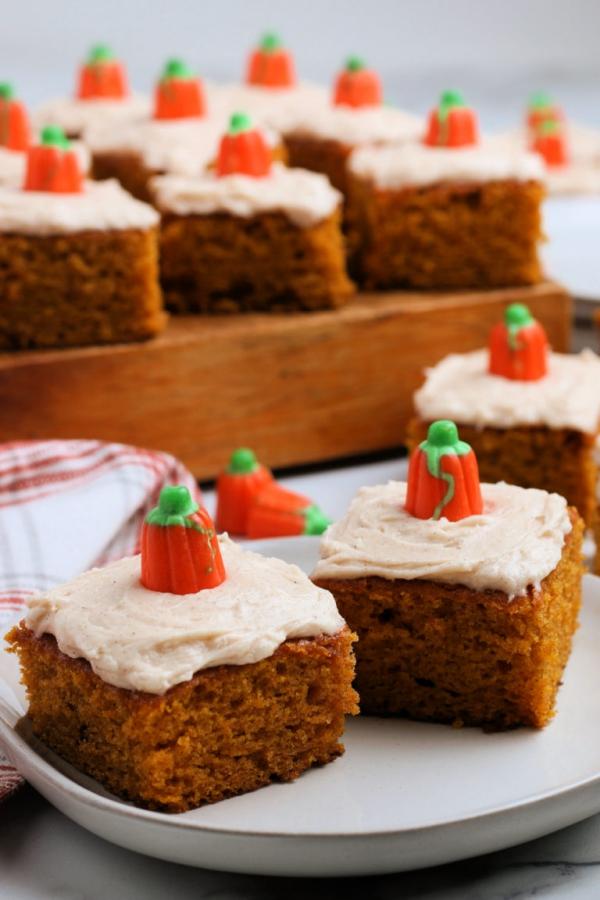 Köstliche und schnelle Halloween Rezepte, die verzaubern kürbis kuchen brownies glasur