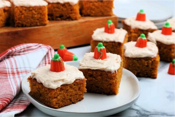 Köstliche und schnelle Halloween Rezepte, die verzaubern kürbis kuchen mit sahne