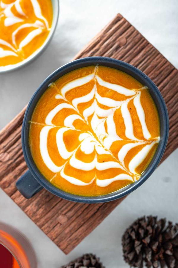 Köstliche und schnelle Halloween Rezepte, die verzaubern kürbis suppe sahne spinnen netz