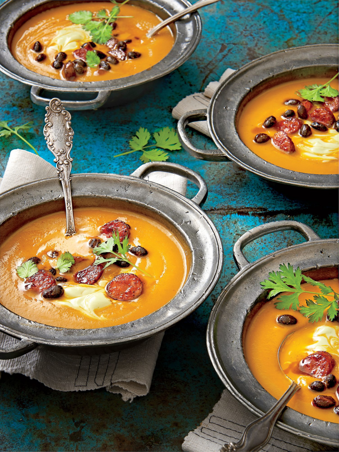 Kürbis Rezepte cremige Kürbis-Suppe mit Würstchen und Pekan-Nüssen