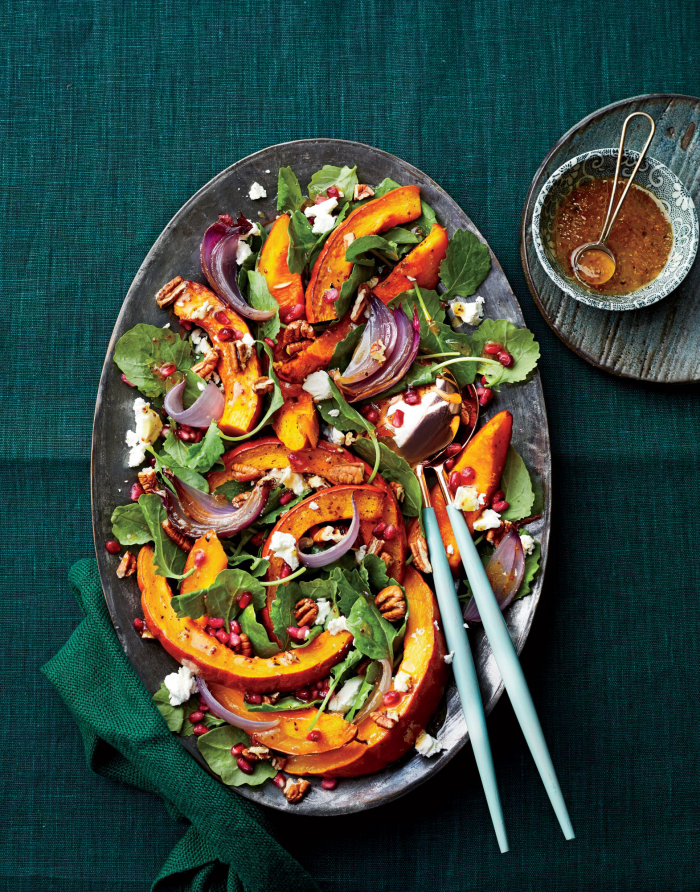 Kürbis Rezepte frischer Salat gebratene Kürbis-Stücke Spinat Zwiebeln Ziegenkäse Nüsse