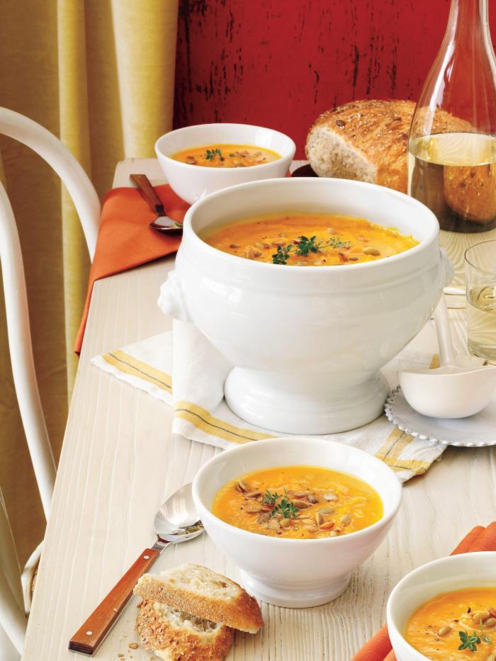Kürbis Rezepte leckere Kürbis-Suppe mit Sonnenblumenkernen garniert