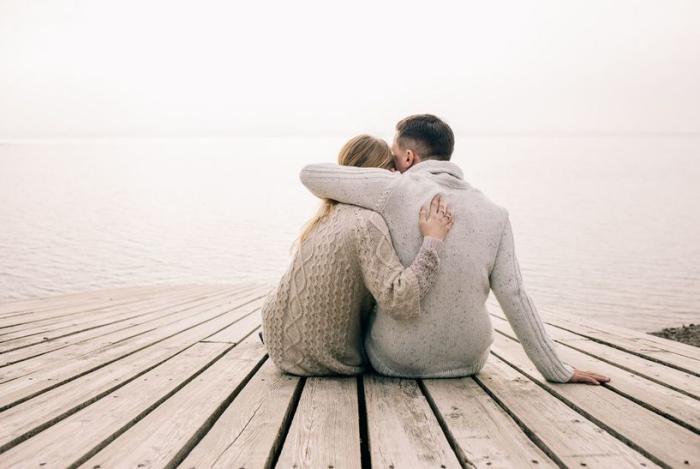 Keine langfristige Beziehung Sternzeichen Mysterium oder erfüllter Traum junge Leute am Wasser sitzen verliebt